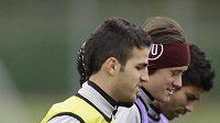 Tomáš Rosický (uprostřed) už bude trenérovi Wengerovi k dispozici, Cesc Fabregas (vlevo) však zůstává na marodce.