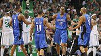 Basketbalisté Orlanda (v modrém) gratulují svému spoluhráči Dwightu Howardovi (č. 12) koši v utkání proti Bostonu.