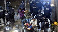 Při oslavách nechyběly v ulicích Barcelony bitky s policií.