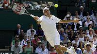 Švýcarský tenista Roger Federer během čtvrtfinálového zápasu Wimbledonu proti Ivu Karlovičovi z Chrovatska