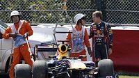 Monopost Red Bull, který naboural Sebastian Vettel (vpravo) při tréninku na okruhu v Suzuce.