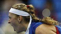 Gesto Petry Kvitové během zápasu s Ruskou Kuzněcovovou.