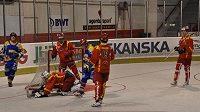 Hradečtí hokejbalisté (v červeném) v semifinálovém zápase s pražským Kovem.