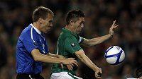 Estonec Taavi Rahn hlídá irského reprezentanta Robbieho Keana v odvetě baráže o postup na EURO 2012 v Dublinu.