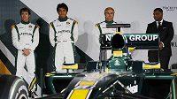 Piloti stáje Lotus Jarno Trulli (vlevo), Fairuz Fauzy (druhý zleva) a Heikki Kovolainen (druhý zprava) a šéf týmu Tony Fernandes pózují před monopostem Lotus T127.