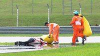 Marco Simoncelli leží bezvládně na trati po smrtelné nehodě v GP Malajsie.