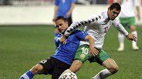 Bulhar Dimitar Makrijev (v bílém) bojuje o míč s Estoncem Martinem Vunkem.