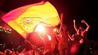 Fanoušci křepčí po vítězství Španělska na MS v centru Madridu.