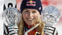Lindsey Vonnová pózuje s trofejemi v Garmisch-Partenkirchenu.