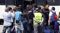 Francouzští fotbalisté Thierry Henry (druhý zprava) a Djibril Cissé (šestý zleva) po návratu do Francie z MS v JAR.