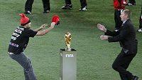 Jimmy se snaží nasadit červenou čepici na pohár pro vítěze.
