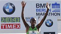 Keňský běžec Patrick Makau po doběhu maratónu v Berlíně, ve kterém překonal světový rekord.