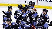 Hokejisté Floridy po utkání s MY Islanders gratulují Tomáši Vokounovi (uprostřed) k sedmému čistému kontu v sezóně.
