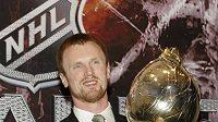 Švédský hokejista Vancouveru Henrik Sedin s trofejí pro Nejužitečnějšího hráče NHL
