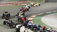 Vozy formule 1 krátce po startu GP Singapuru