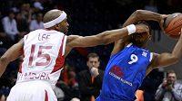 Basketbalista Nymburku Lee bojuje se Scotem z Ventspilsu o míč.