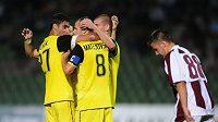 Fotbalisté Sparty oslavují jednu z branek do sítě Sarajeva