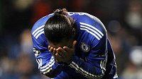 Zklamaný Didier Drogba. Jeho Chelsea ztrtatila v nastavení zápas s Aston Villou.