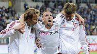Zraněný Franck Ribéry opouští trávník.