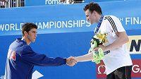 Americký plavec Michael Phelps (vlevo) gratuluje Němci Paulu Biedermannovi k vítězství na MS v Římě na trati 200 metrů volným stylem.