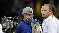 Wayne Rooney si po zápase s Alžírskem stěžuje do televizních kamer na bučení anglických fanoušků.