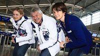 Rychlobruslařky Martina Sáblíková (vpravo) a Karolína Erbanová spolu s trenérem Petrem Novákem před odletem do zámoří na olympijské hry