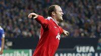 Wayne Rooney se raduje z gólu do sítě Schalke.