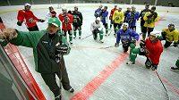Nový kouč hokejistů Karlových Varů Antonín Stavjaňa vede první trénink na ledě Západočechů.