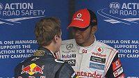 Sebastian Vettel (vlevo) gratuluje Lewisi Hamiltonovi k vítězsví v kvalifikaci v Koreji.