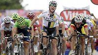 Vítězné gesto Marka Cavendishe v cíli páté etapy Tour de France.