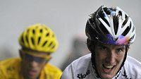 Andy Schleck před Contadorem během Tour. Konečné účtování ale dopadlo obráceně
