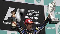 Sebastian Vettel oslavuje vítězství ve Velké ceně Malajsie.