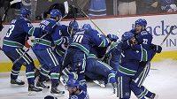 Hokejisté Vancouveru zalehávají Alexe Burrowse, který právě rozhodl o postupu Canucks a vyřazení Chicaga v 1. kole Stanley Cupu.