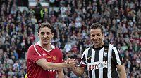 Zleva Gary Neville a Alessandro Del Piero před zahájením zápasu.