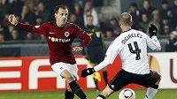 Sparťan Marek Matějovský (vlevo) odehrává míč před Raulem Meirelesem z Liverpoolu.
