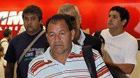 Otec zraněného fotbalisty Dionisio Cabanas odchází z nemocnice, kde byl navštívit syna.