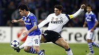 Hráč Schalke Jose Manuel Jurado (vlevo) před Javierem Zanettim z Interu Milán