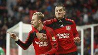 Michal Kadlec z Leverkusenu oslavuje se spoluhráčem Derdiyokem gól, který dal Mohučí.