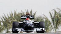 Michael Schumacher s mercedesem na tréninku na VC Bahrajnu.