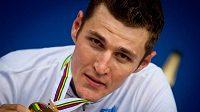 Jaroslav Kulhavý si užívá se zlatou medailí mistra světa.