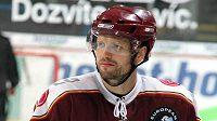 Hokejista Sparty Michal Broš má pnou hlavu starostí.