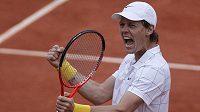 Český tenista Tomáš Berdych se raduje z vítězství nad Andy Murraym na French Open.