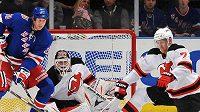 Václav Prospal (20) z New Yorku Rangers čeká na dorážku před brankářem New Jersey Devils Martinem Brodeurem. střelu se snaží zblokovat Henrik Tallinder (7).