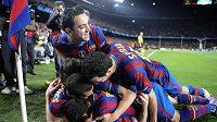 Fotbalisté Barcelony se radují z branky.