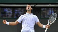 Srbský tenista Novak Djokovič se raduje z postupu do semifinále Wimbledonu.