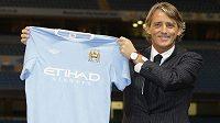 Trenér Roberto Mancini s dresem Manchesteru City