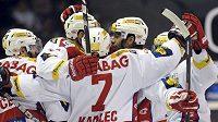Hokejisté Slavie se radují z branky.