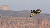 Švýcarský dobrodruh Yves Rossy letí pomocí křídel a raketovými motory nad Velkým kaňonem.