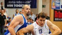 Z kvalifikační utkání českých basketbalistů s Kyprem o postup na ME: vpravo Petr Benda, vlevo Joseph Garcia Roundy z Kypru.