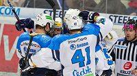 Hokejisté Plzně se radují z branky.